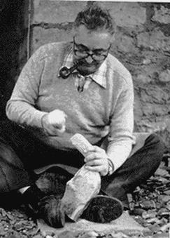 François Bordes tallando herramientas prehistóricas