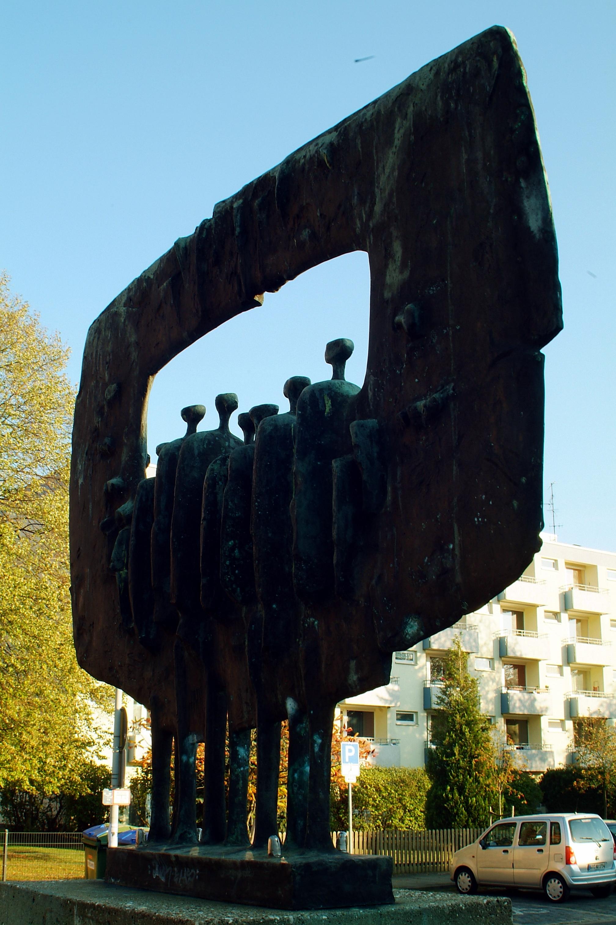 Datei:Fritz Koenig Große gerahmte Figuren 1963 von Nordost.jpg ...