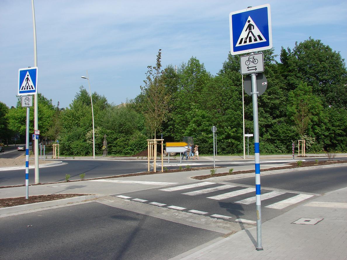 Hinweis für Kraftfahrer, dass querende Radfahrer Vorrang haben (unzulässige Beschilderung; korrekt wäre Zeichen 205)