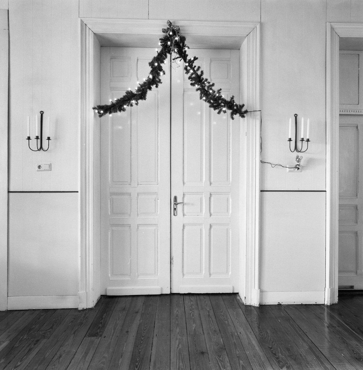 File:Interieur, hoofdgebouw, woonkamer, deur met omlijsting ...