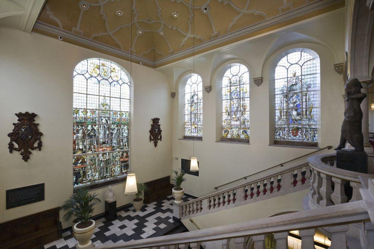Bestand interieur overzicht van het trappenhuis met de - Makers van het interieur ...