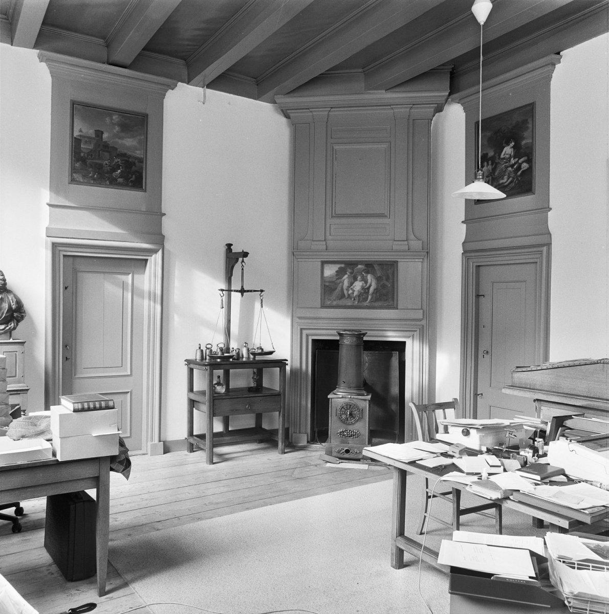 File interieur werkkamer met balkenzoldering schouw en for Interieur haarlem