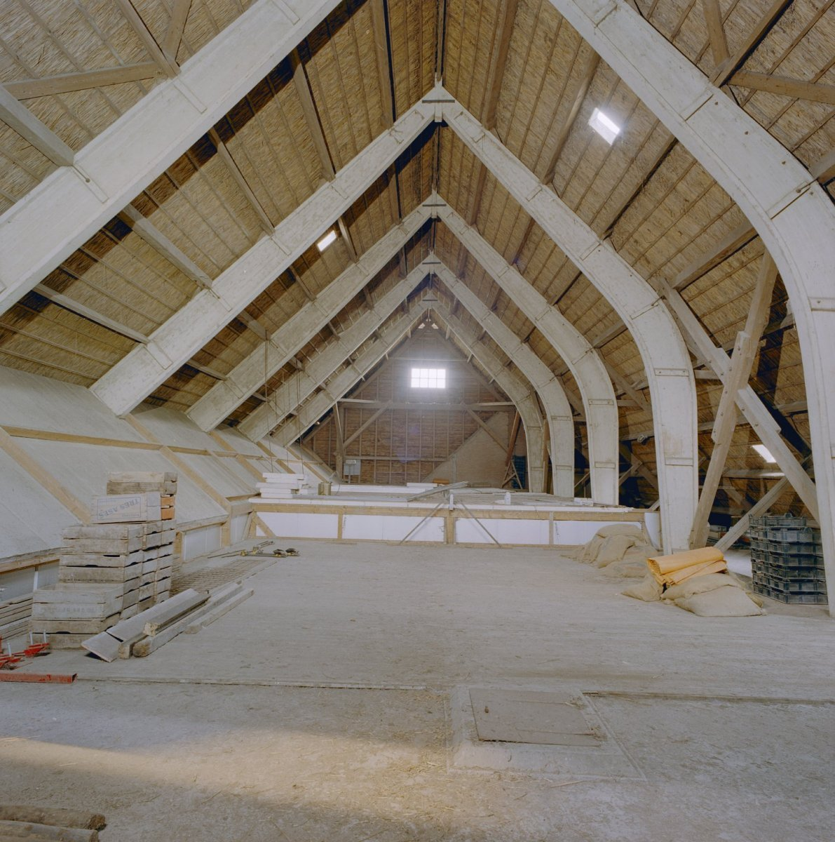 File:Interieur schuur, bovenverdieping, overzicht spanten ...