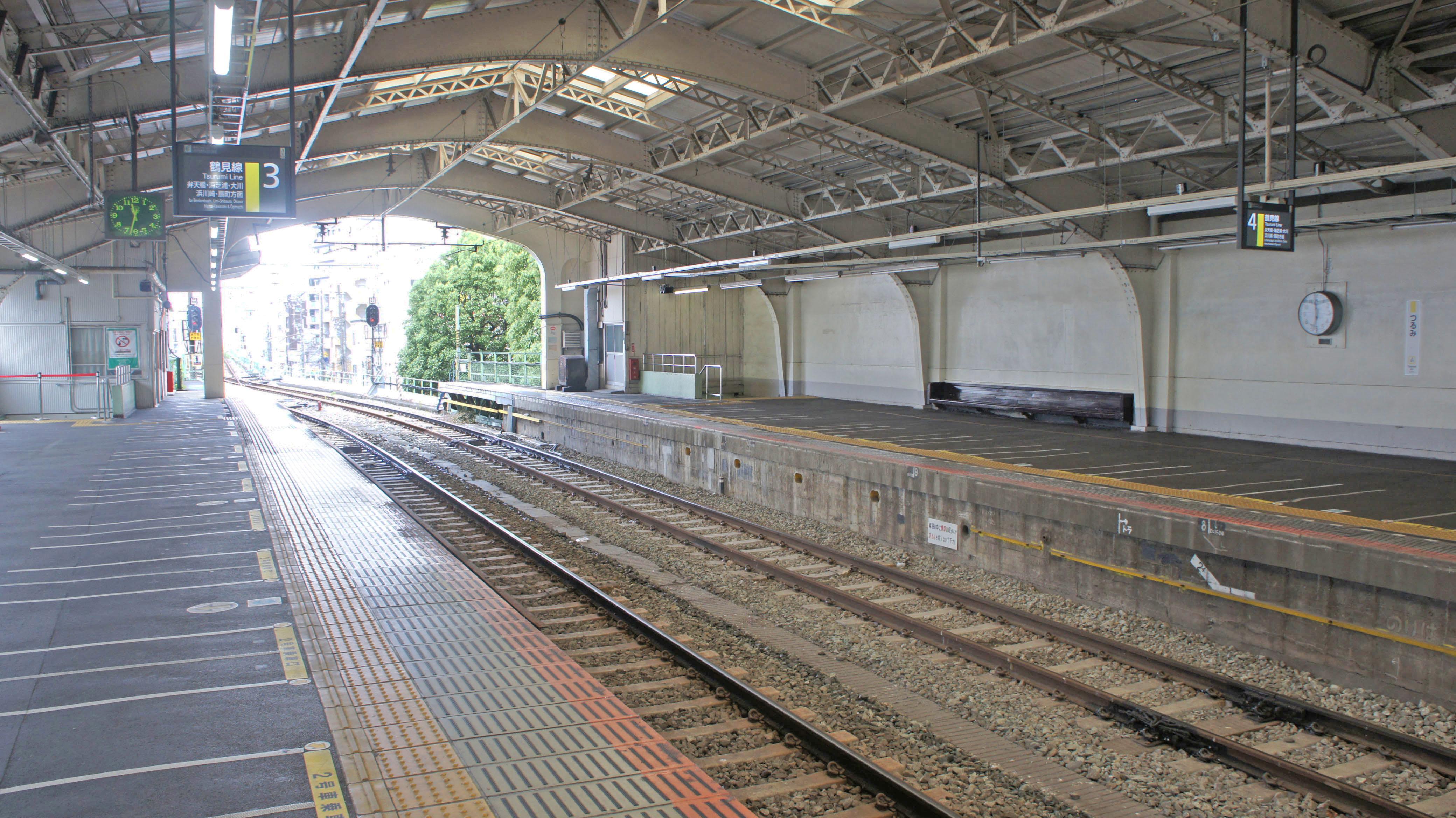 https://upload.wikimedia.org/wikipedia/commons/4/44/JR_Tsurumi_Station_Platform_3%E3%83%BB4.jpg
