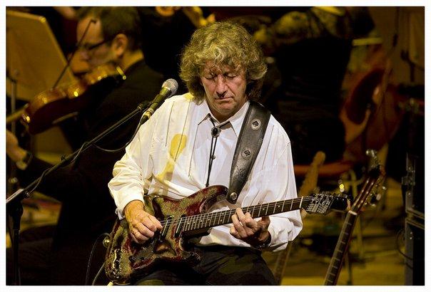 El guitarrista John Parsons en plena actuación.