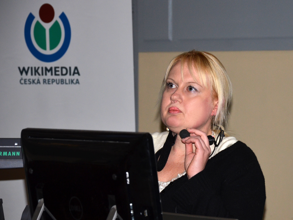 Kristýna Kysilková při přednášce na Wikikonferenci 2013