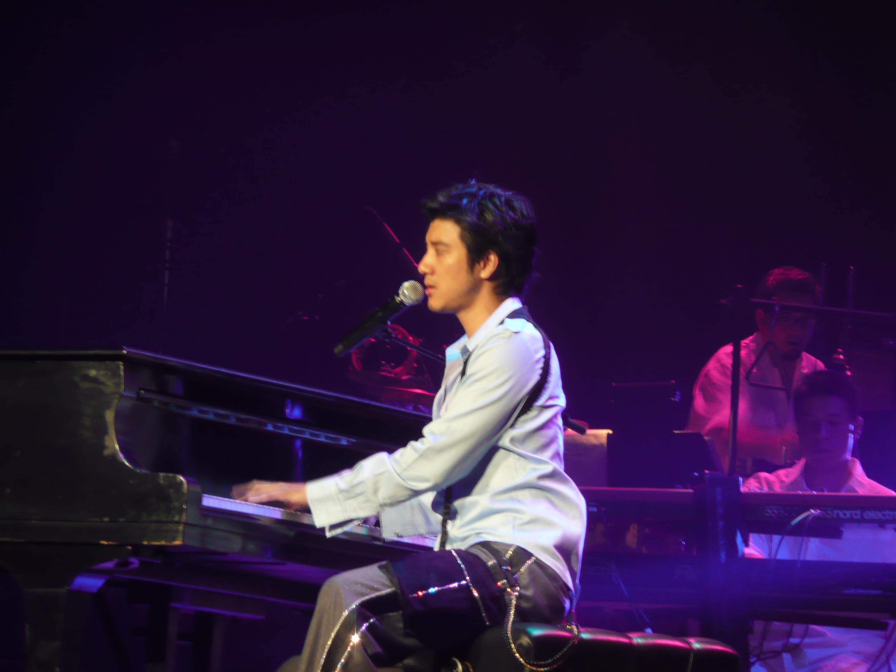 File:Leehom xmas concert at piano.jpg - Wikimedia Commons
