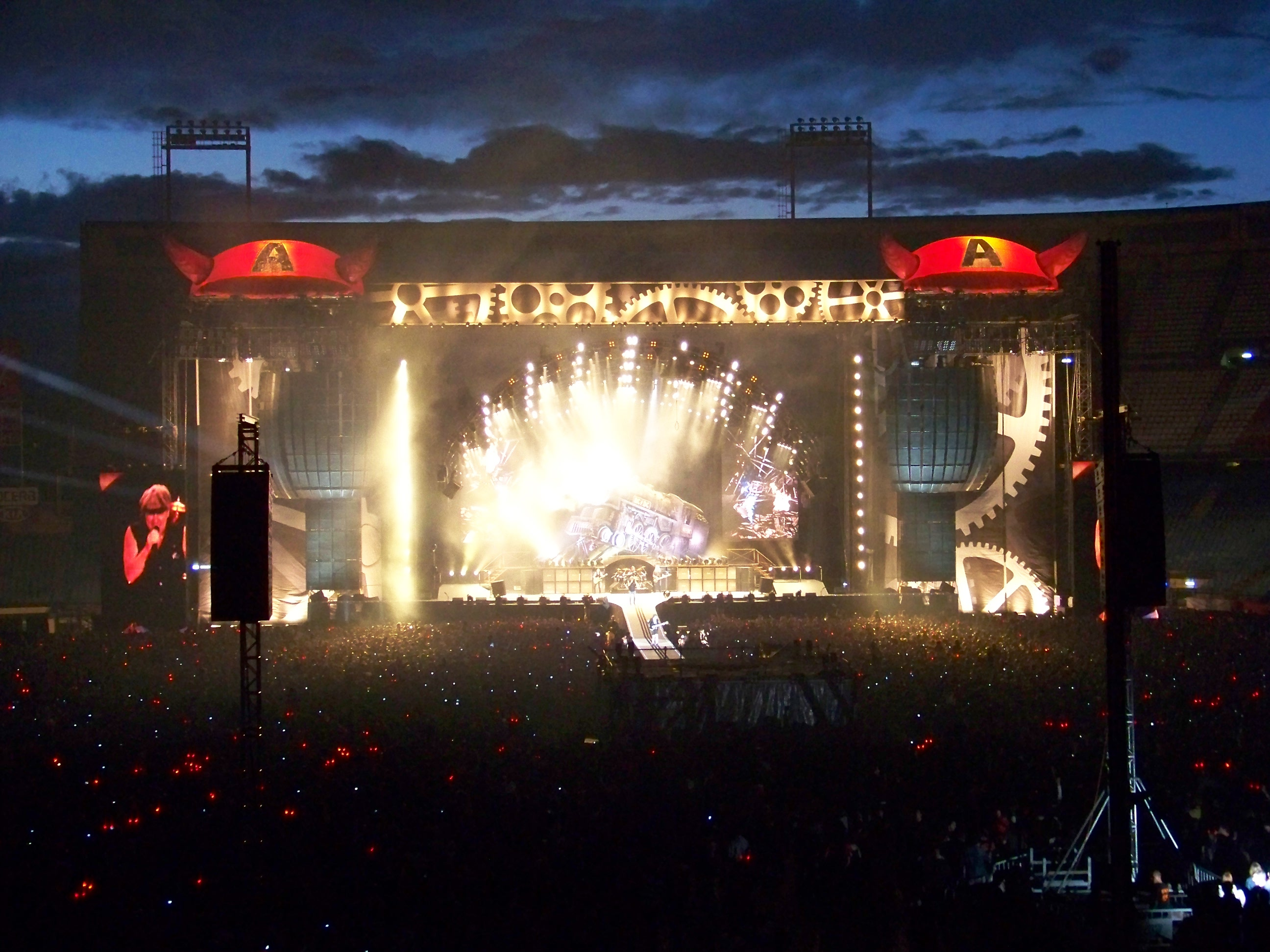 http://upload.wikimedia.org/wikipedia/commons/4/44/Madrid-acdc_12.JPG