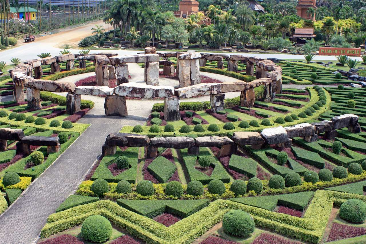 File nong nooch stonehenge garden jpg wikimedia commons for Baraque jardin