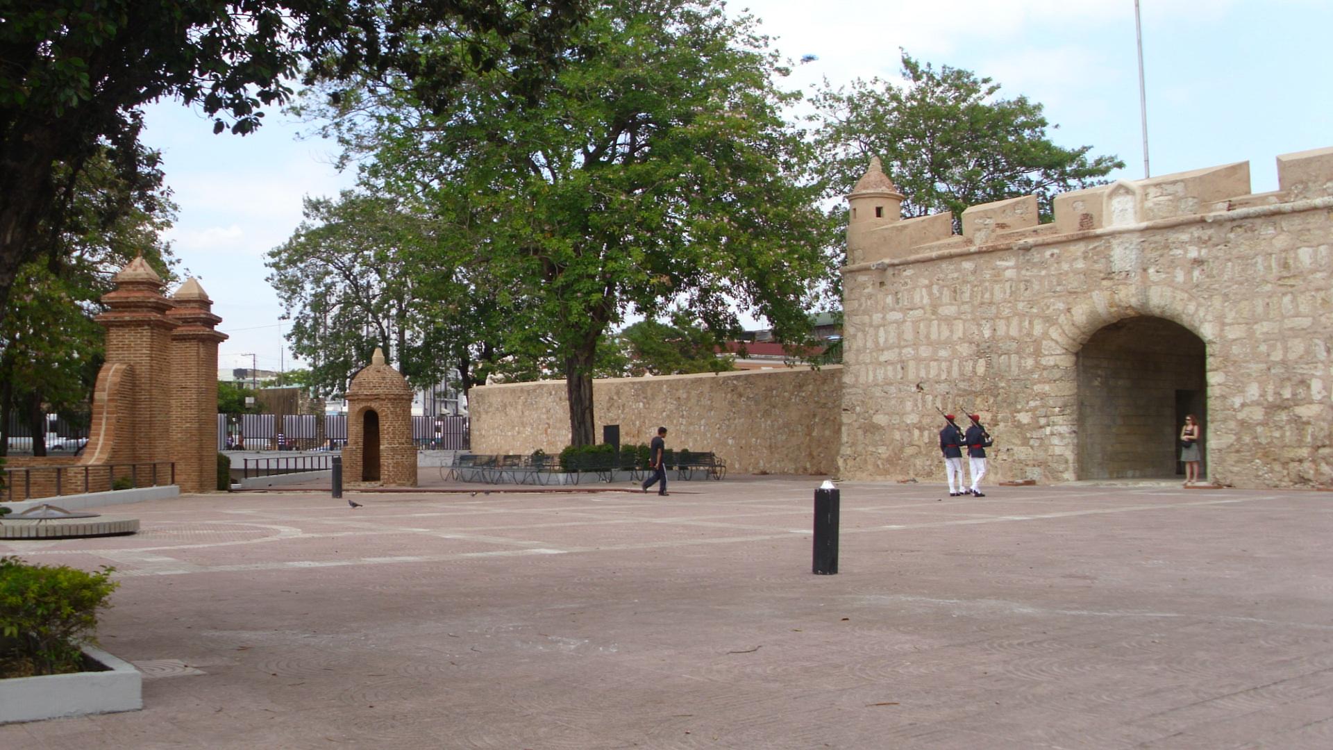 File puerta del conde buitenplein 2 jpg wikimedia commons for Puerta 4 del jockey