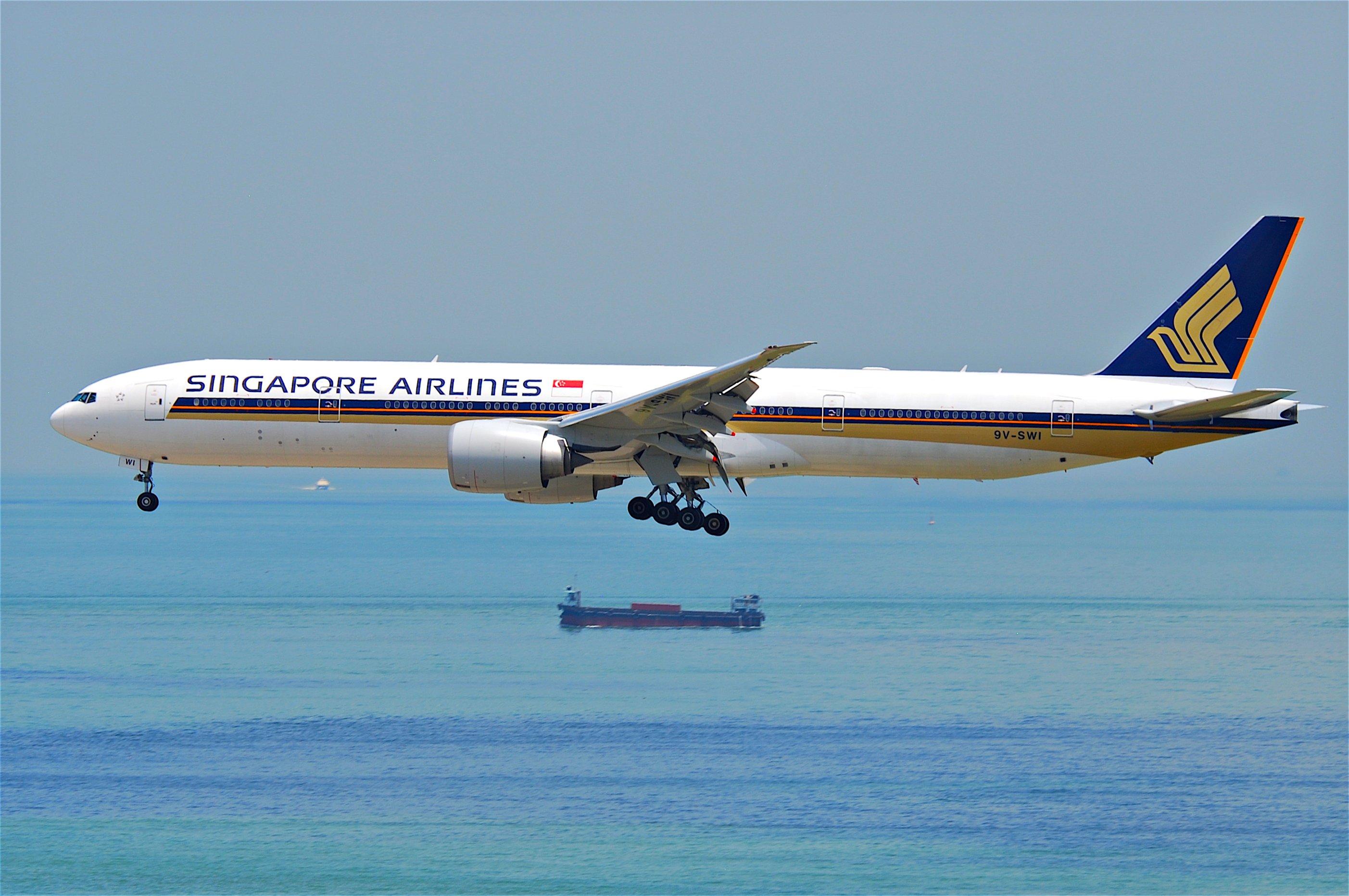 File:Singapore Airlines Boeing 777-300ER; 9V-SWI@HKG;31.07 ...
