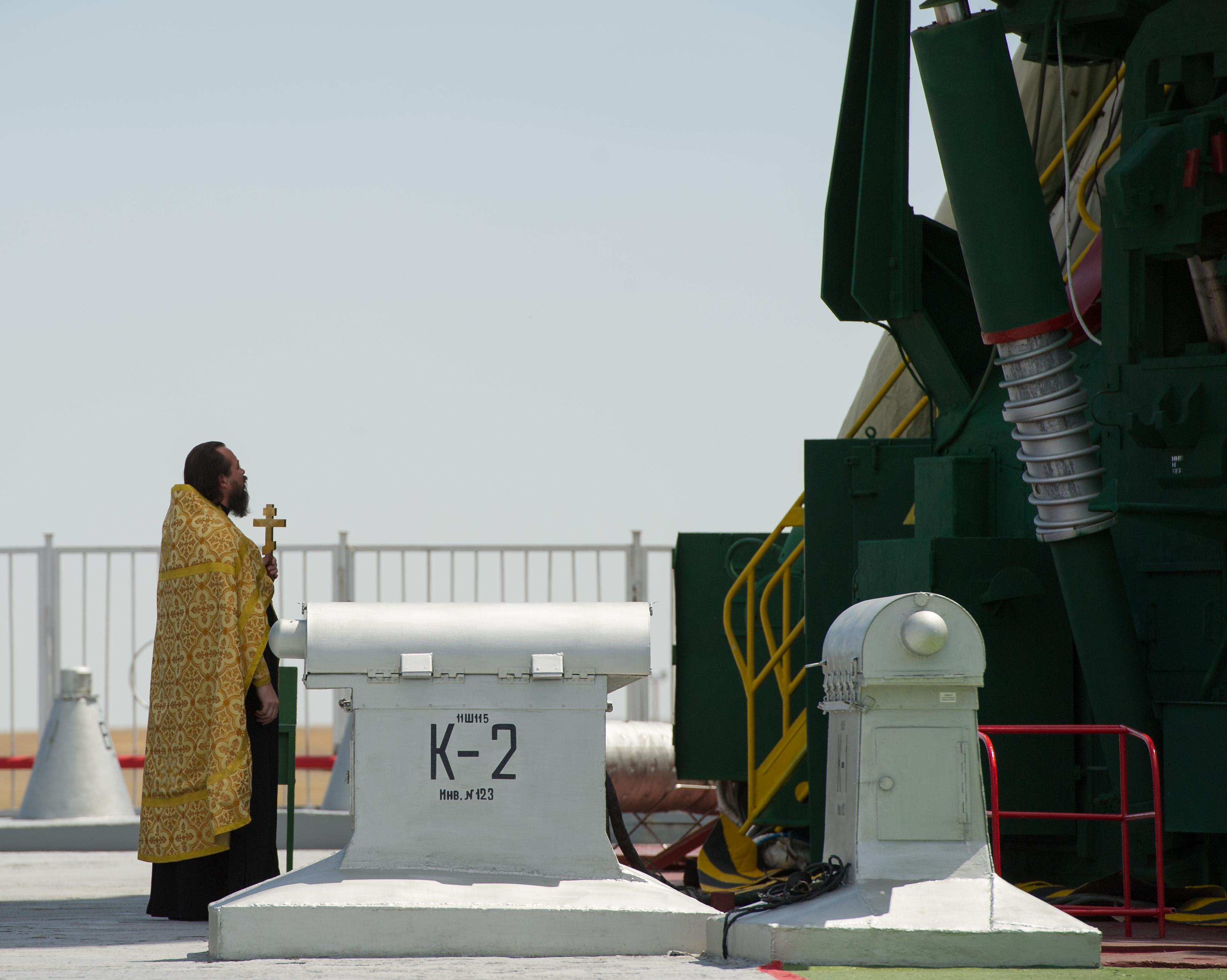http://upload.wikimedia.org/wikipedia/commons/4/44/Soyuz_TMA-05M_rocket_blessing.jpg