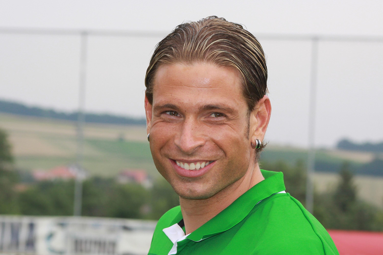http://upload.wikimedia.org/wikipedia/commons/4/44/Tim_Wiese_-_SV_Werder_Bremen_(2).jpg