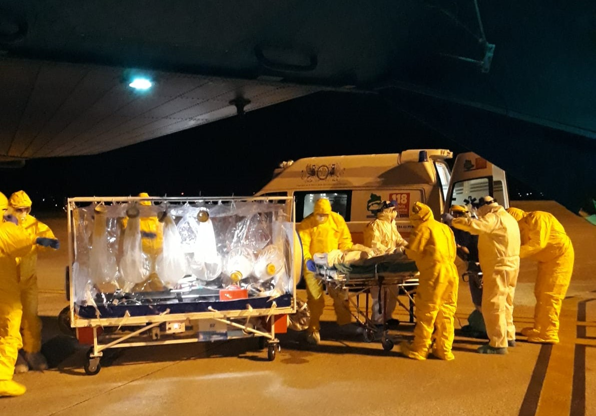 Paramedics carrying a patient under biocontainment, in Cervia. news on this day