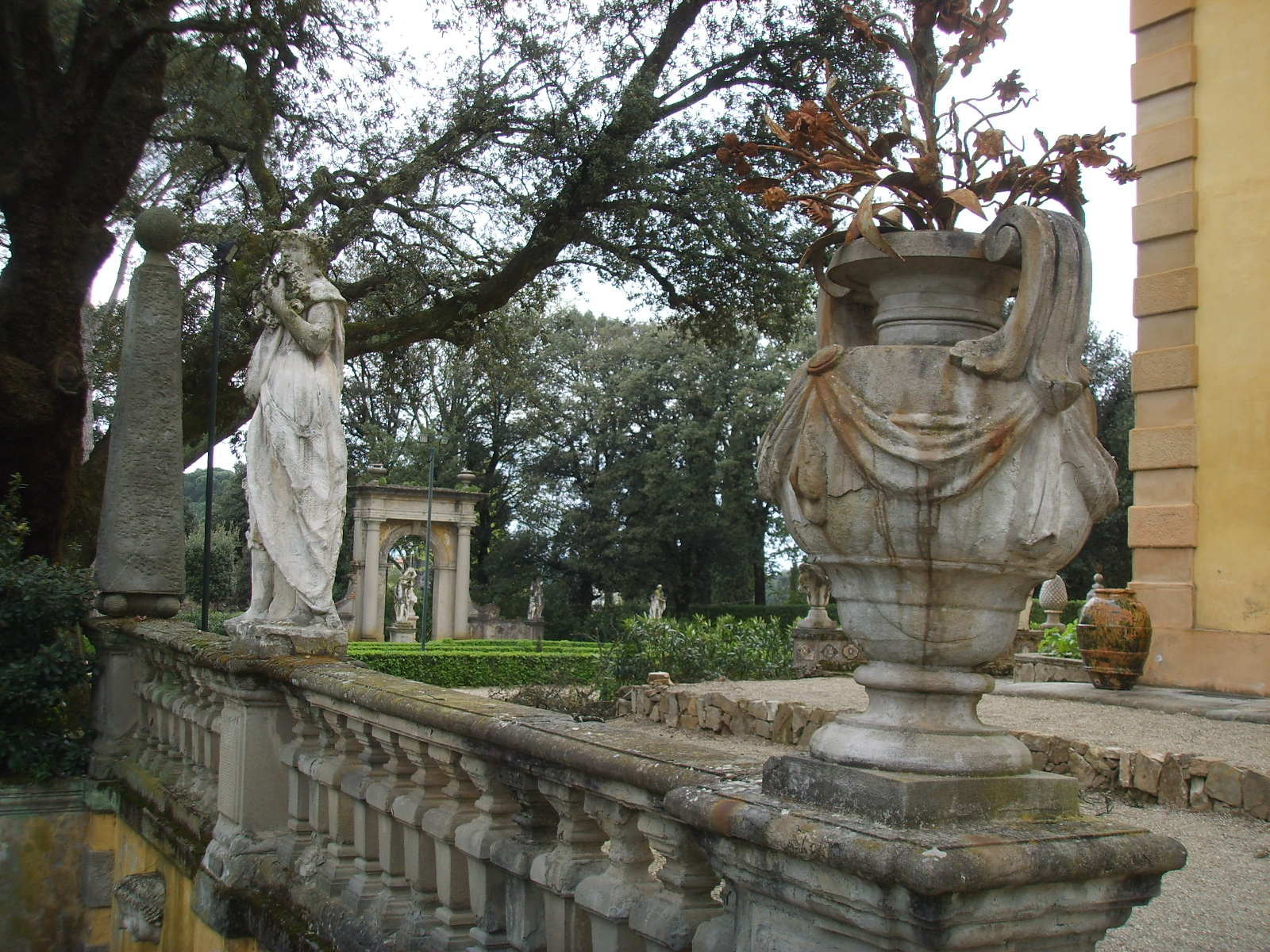 File villa la pietra giardino est statue jpg wikimedia - Statue giardino ...