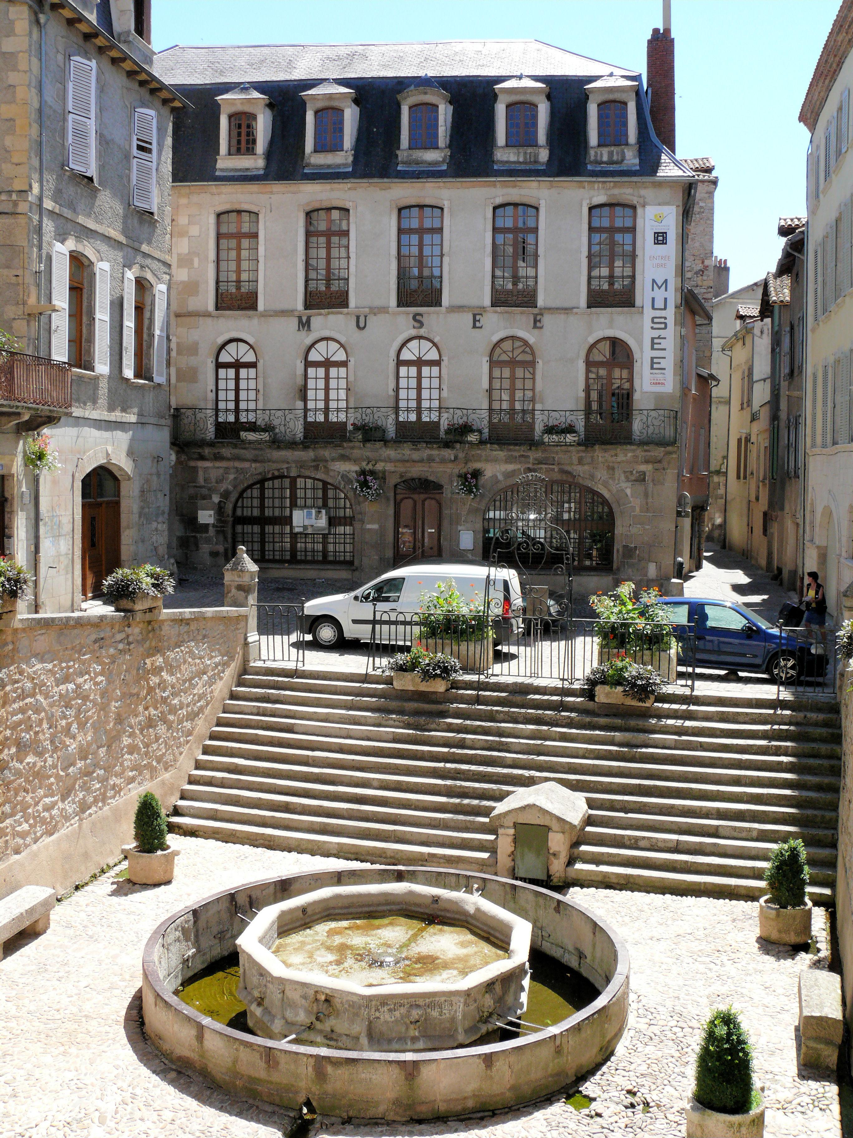 File villefranche de rouergue place de la fontaine 1 jpg for Aquilus piscine villefranche de rouergue