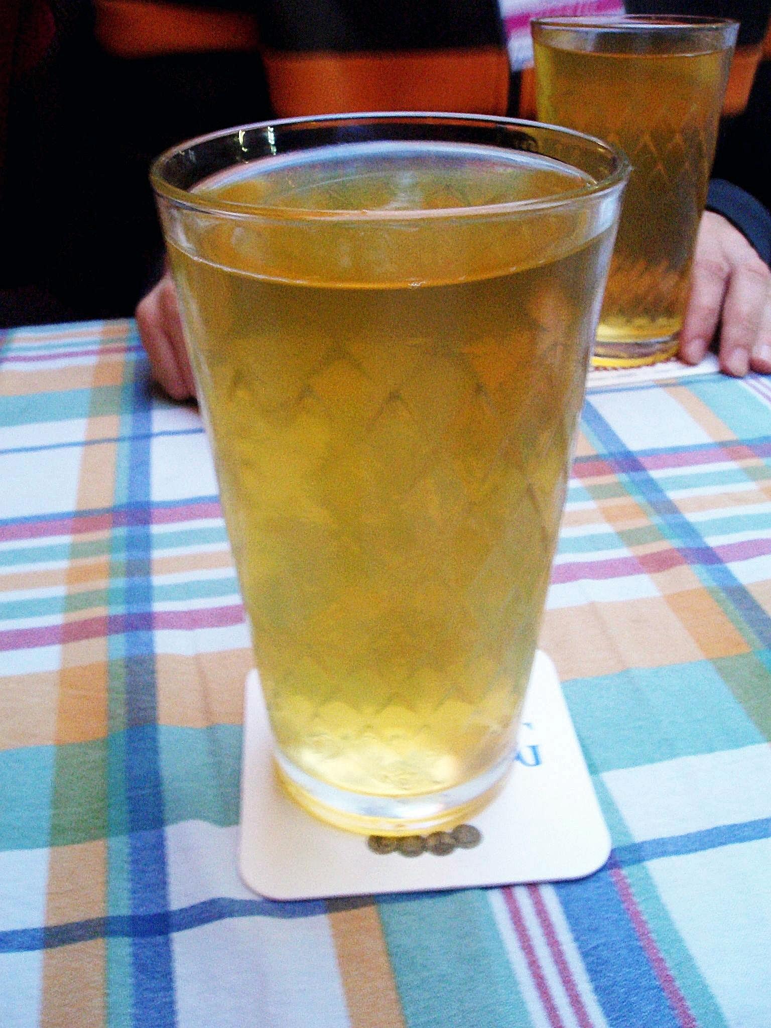 """Traditionelles """"Geripptes"""" Glas mit ''Apfelwein''"""