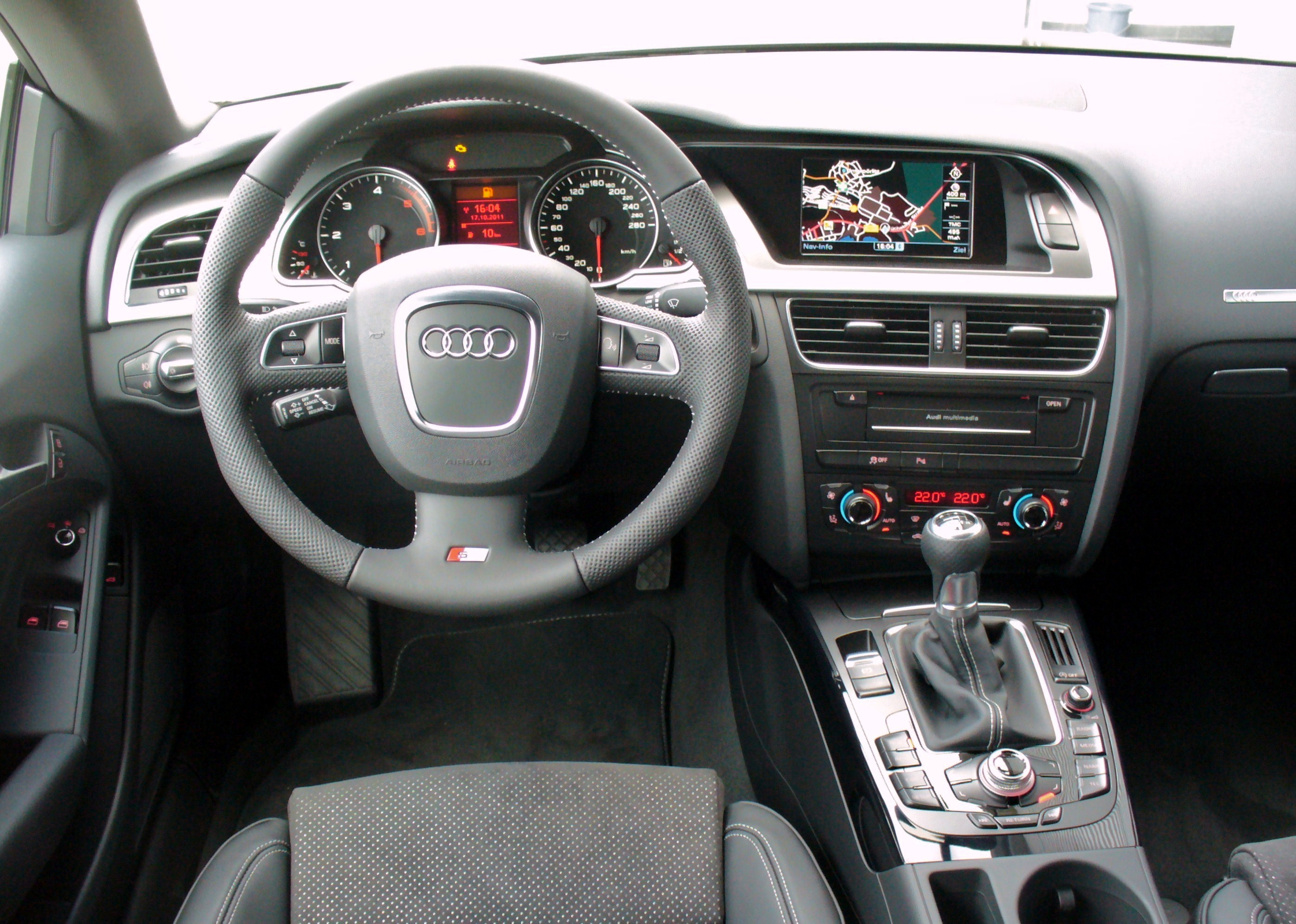 https://upload.wikimedia.org/wikipedia/commons/4/45/Audi_A5_Coup%C3%A9_S_line_2.0_TDI_Teakbraun_Interieur.JPG