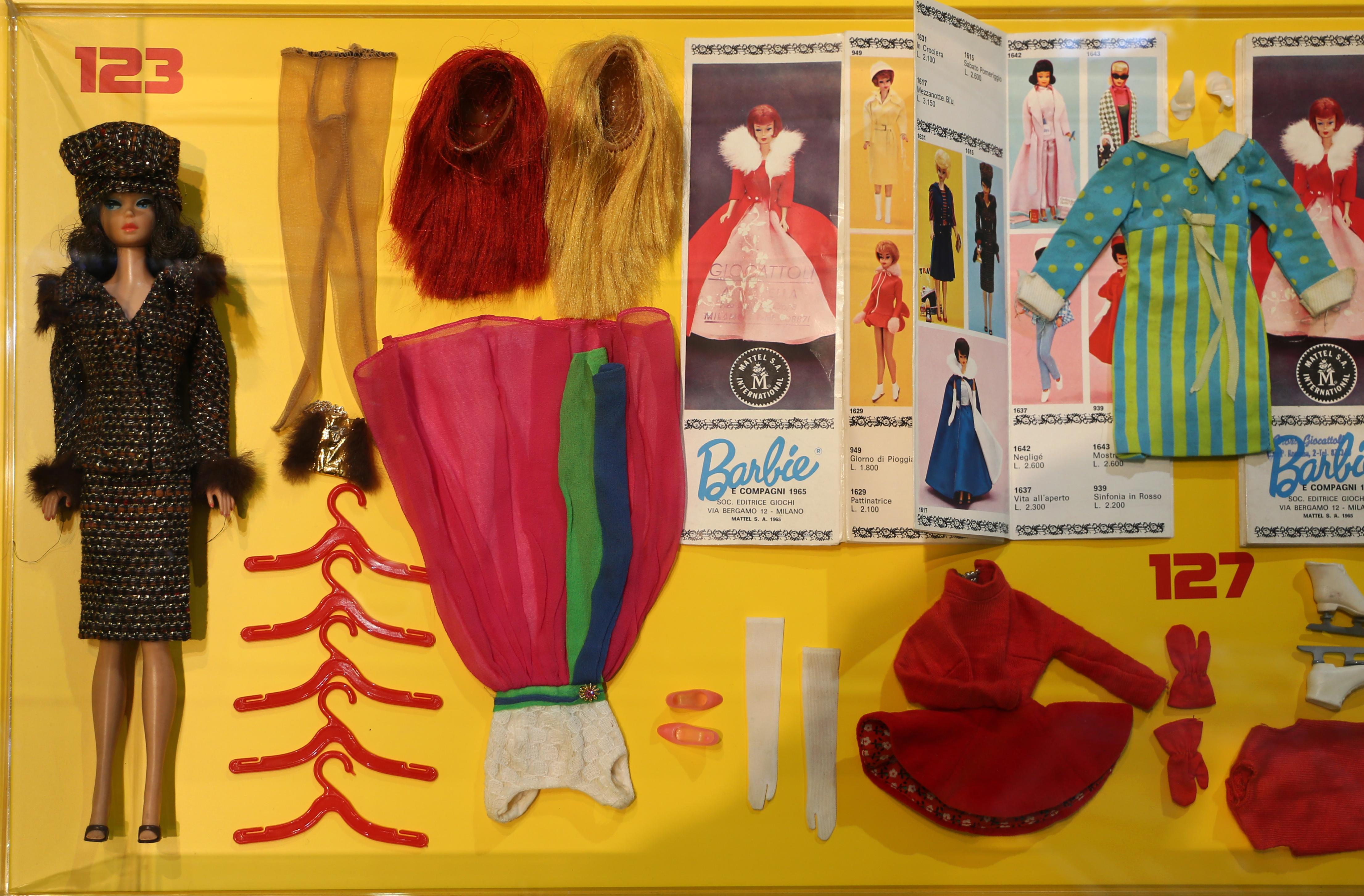 super popolare 1cbf7 16e14 Fichier:Barbie e skipper con vari outfit anni '60 (coll ...