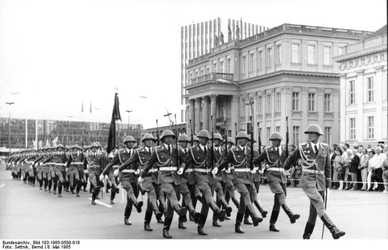 Datei:Bundesarchiv Bild 183-1985-0508-018, Berlin, Wachaufzug.jpg