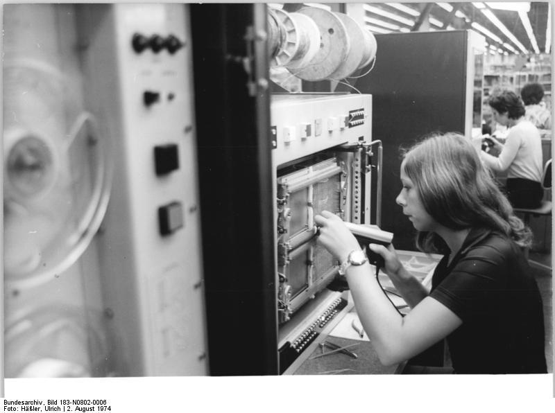 File:Bundesarchiv Bild 183-N0802-0006, VEB Robotron Elektronik ...