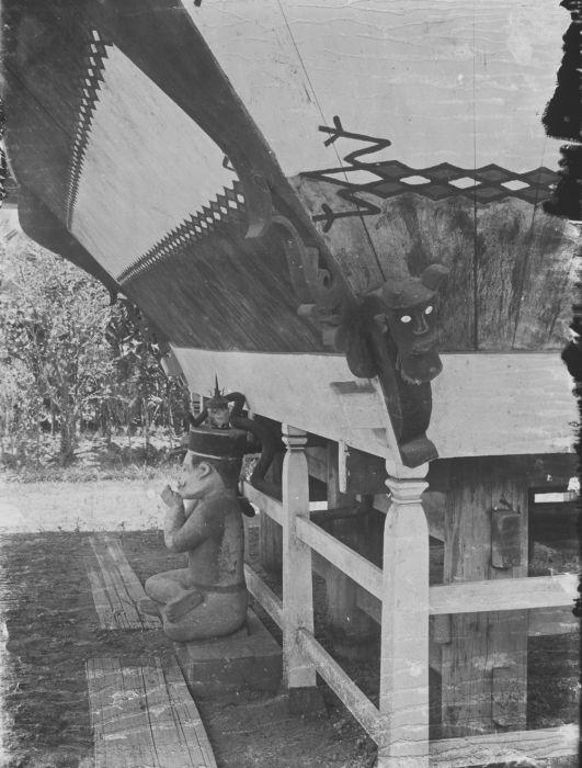 File collectie tropenmuseum gevel van een batak huis met houtsnijwerk schilderingen en een beeld - Beeld van eigentijds huis ...