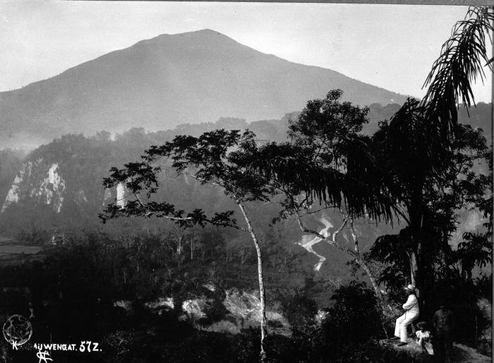 COLLECTIE TROPENMUSEUM Het Karbouwengat met de vulkaan Singgalang op de achtergrond TMnr 60004102