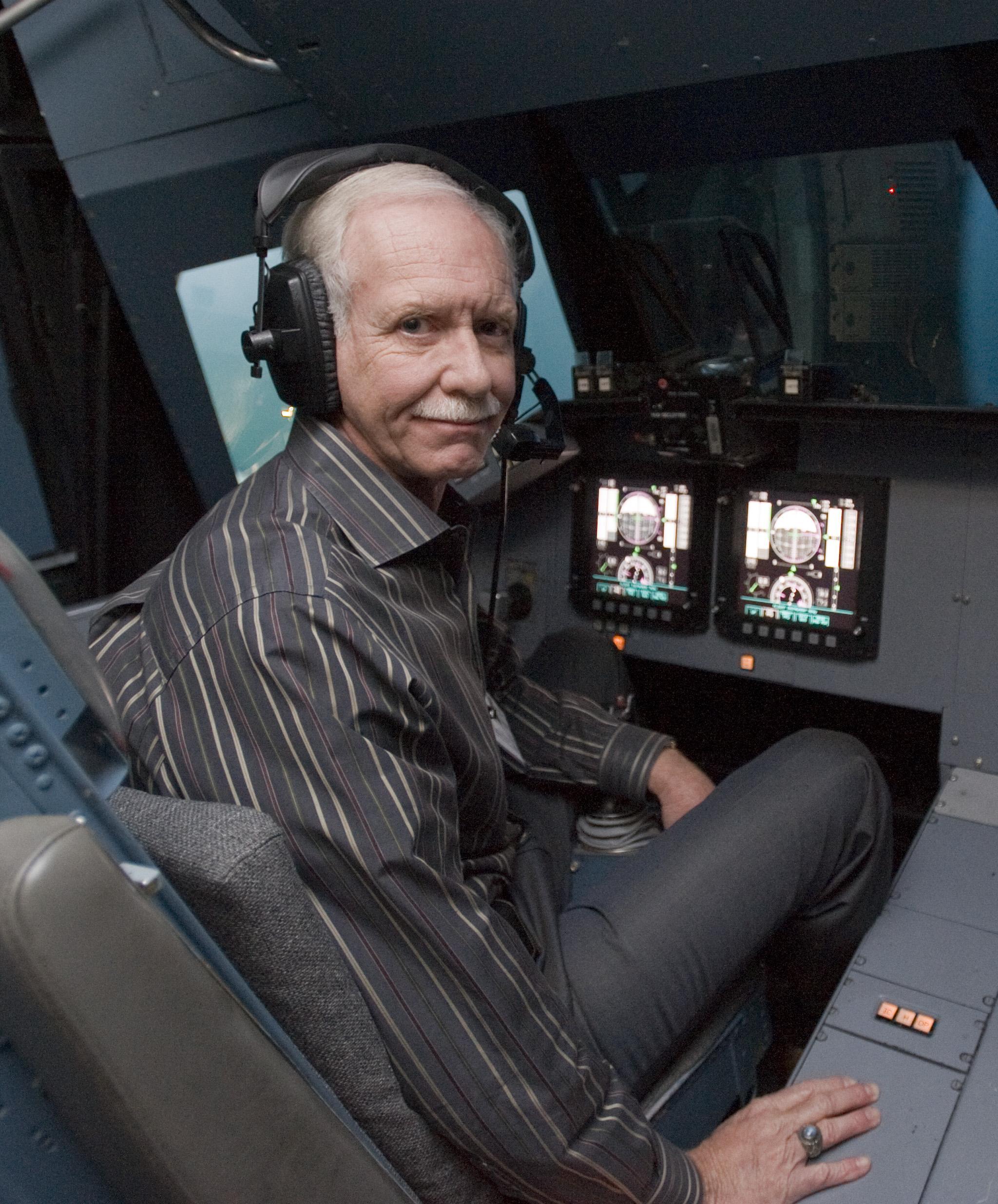 Der 68 Jahre alte 183 cm große Chesley Sullenberger im 2019 Foto