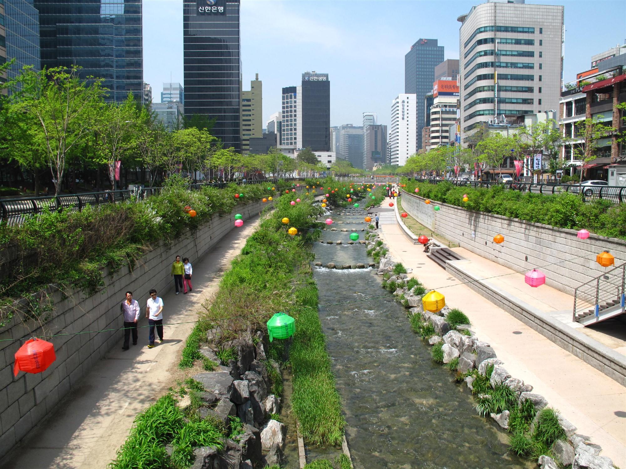 Cheonggeyechon_River_in_Seoul.jpg