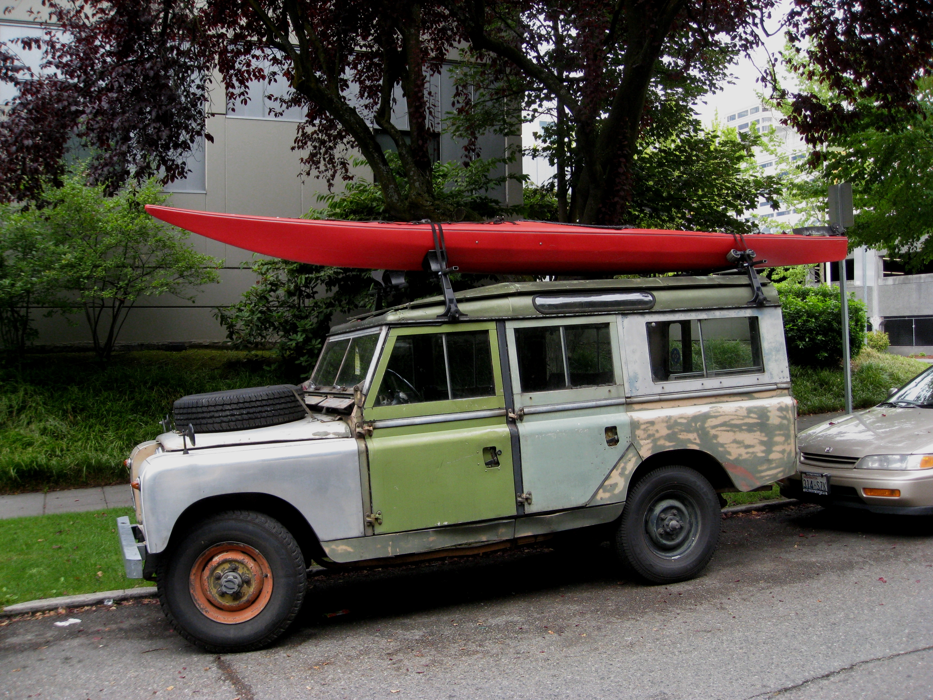 Classic_Land_Rover_%28with_Kayak%29_-_Fl