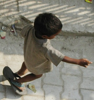 A poor child walks with one sandal. Fakirnibacha~2.jpg