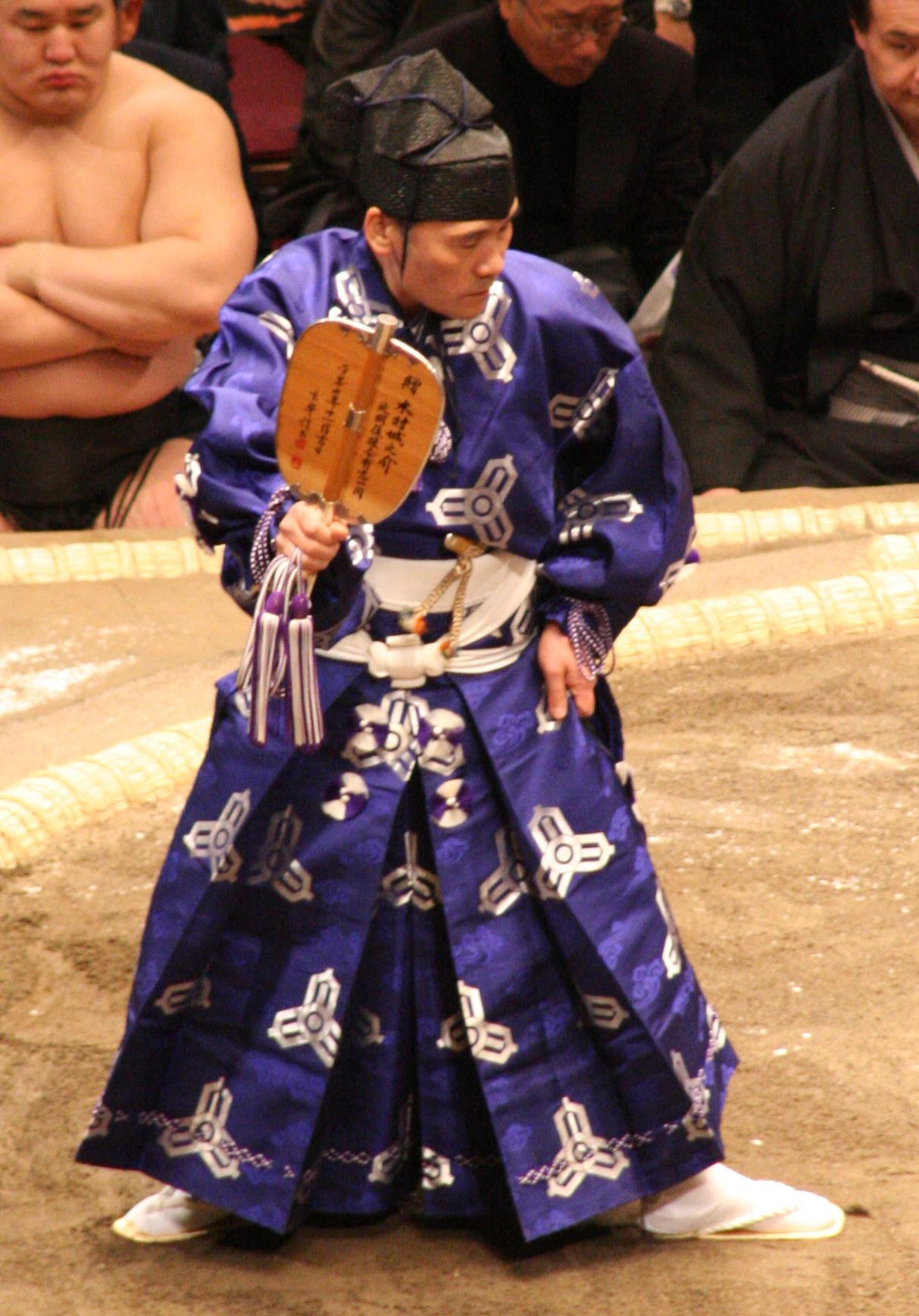 Japanilainen sumoka ennen taistelua sotaviuhkoineen. Photo by Eckhard Pecher, Licence: CC Atribution 3.0 Unported