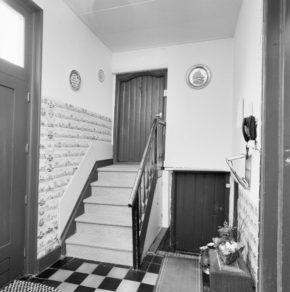 File interieur overzicht hal met beschilderde tegels en trap 20000567 wikimedia - Interieur trap ...