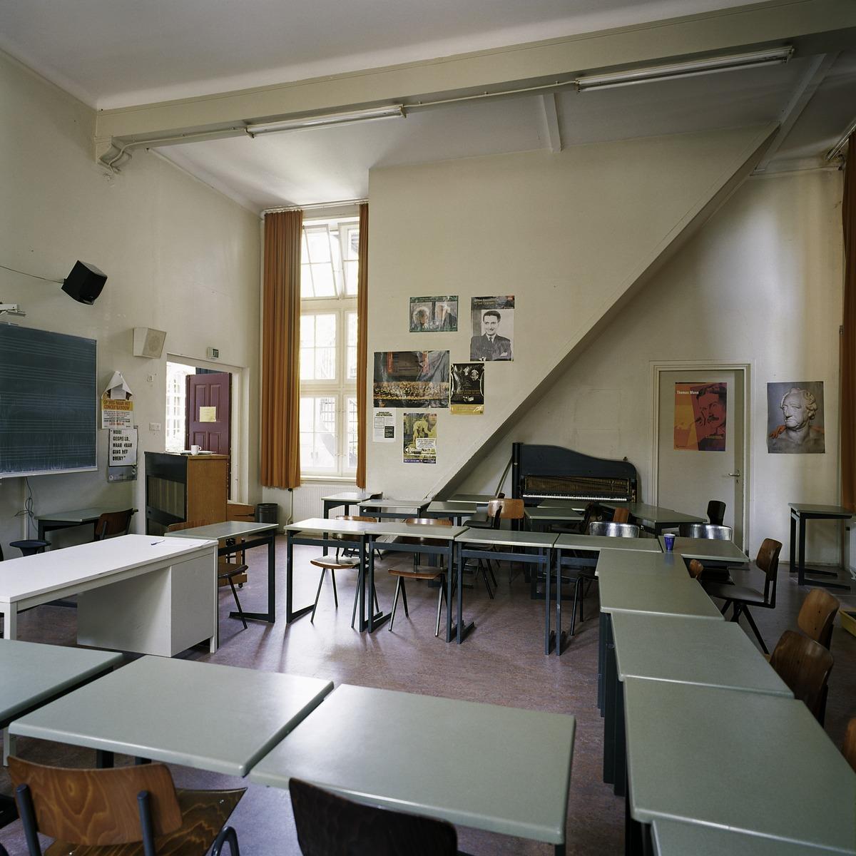 fileinterieur overzicht van een klaslokaal aan de voorzijde van de school