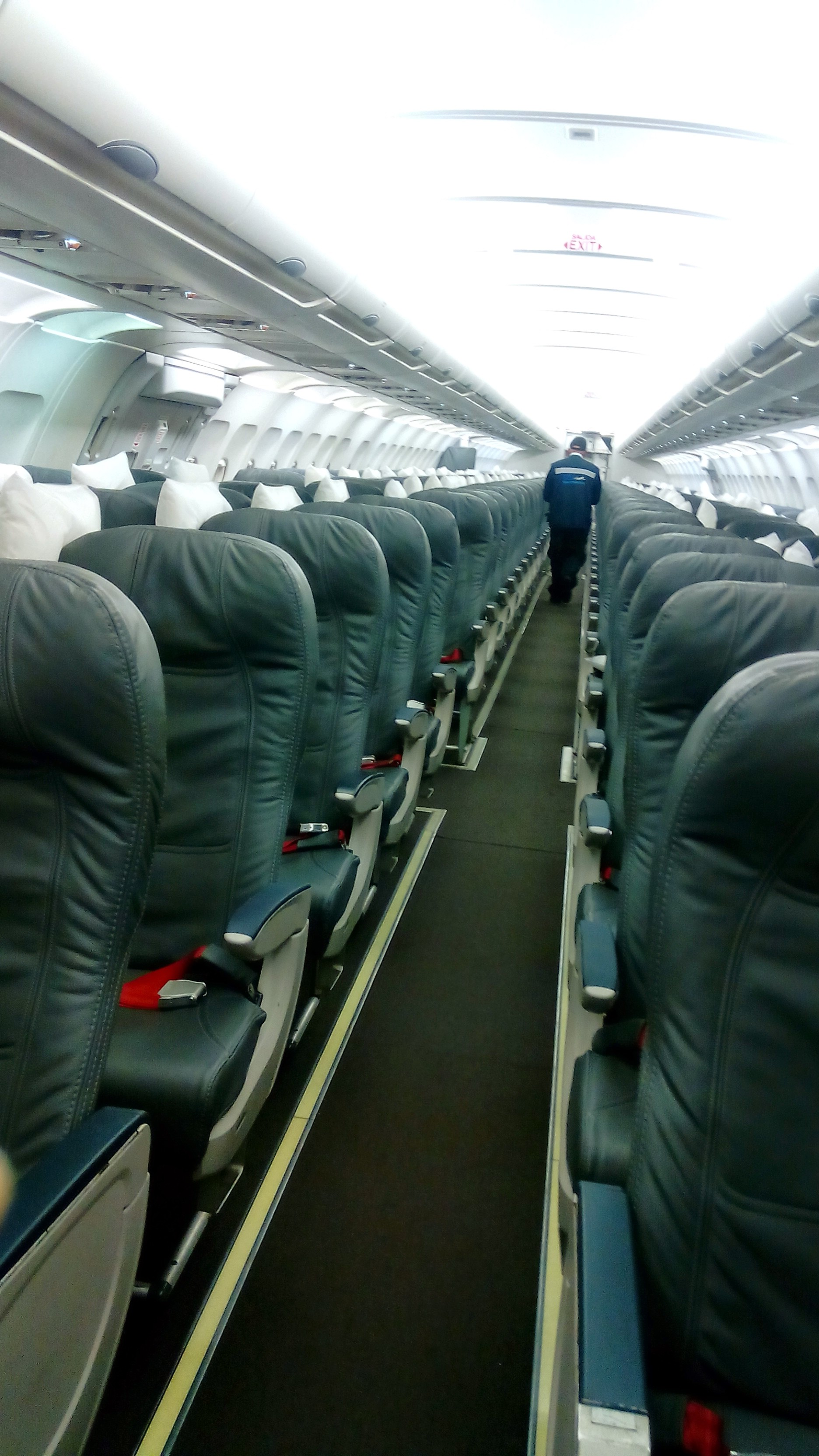 File:Interior de Airbus A320.jpg - Wikimedia Commons