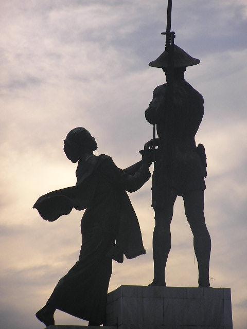 Patung pahlawan atau disebut juga Tugu Tani dibuat oleh dua orang pematung asal Rusia, Matvey Manizer dan Ossip Manizer, sebagai hadiah dari pemerintah Uni Soviet atas persahabatannya dengan Indonesia. Foto: Wikipedia
