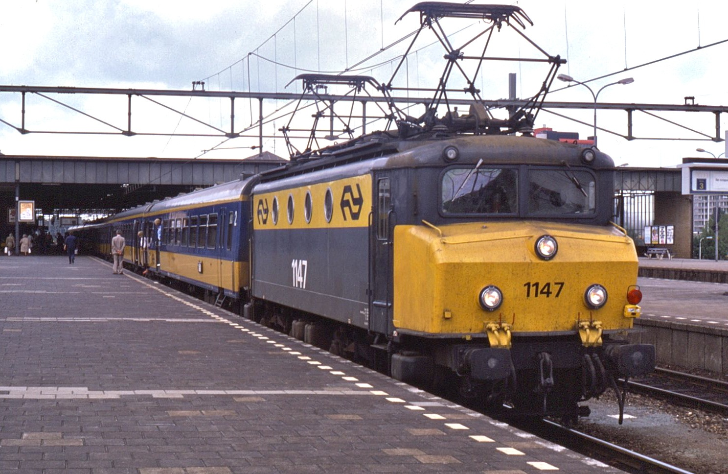 File:NS locomotive 1147 at Eindhoven in 1985, hauling an InterCity train.jpg