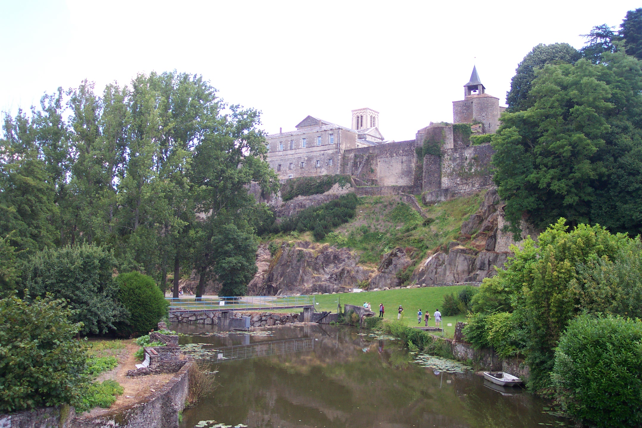 File Parthenay Citadel From Saint Paul Bridge Jpg Wikimedia Commons