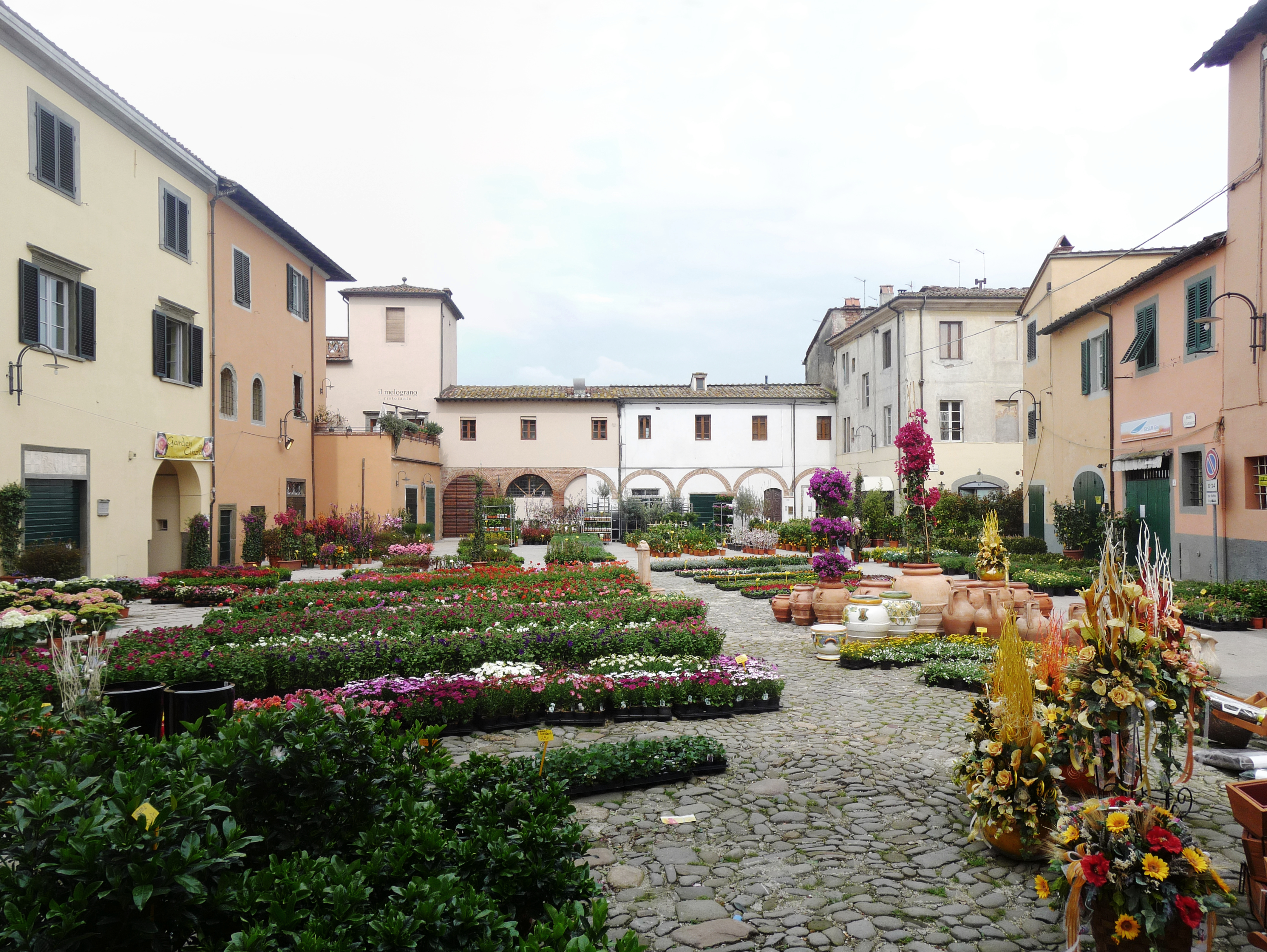 Altopascio Italy  City pictures : Piazza Garibaldi, Altopascio Wikimedia Commons
