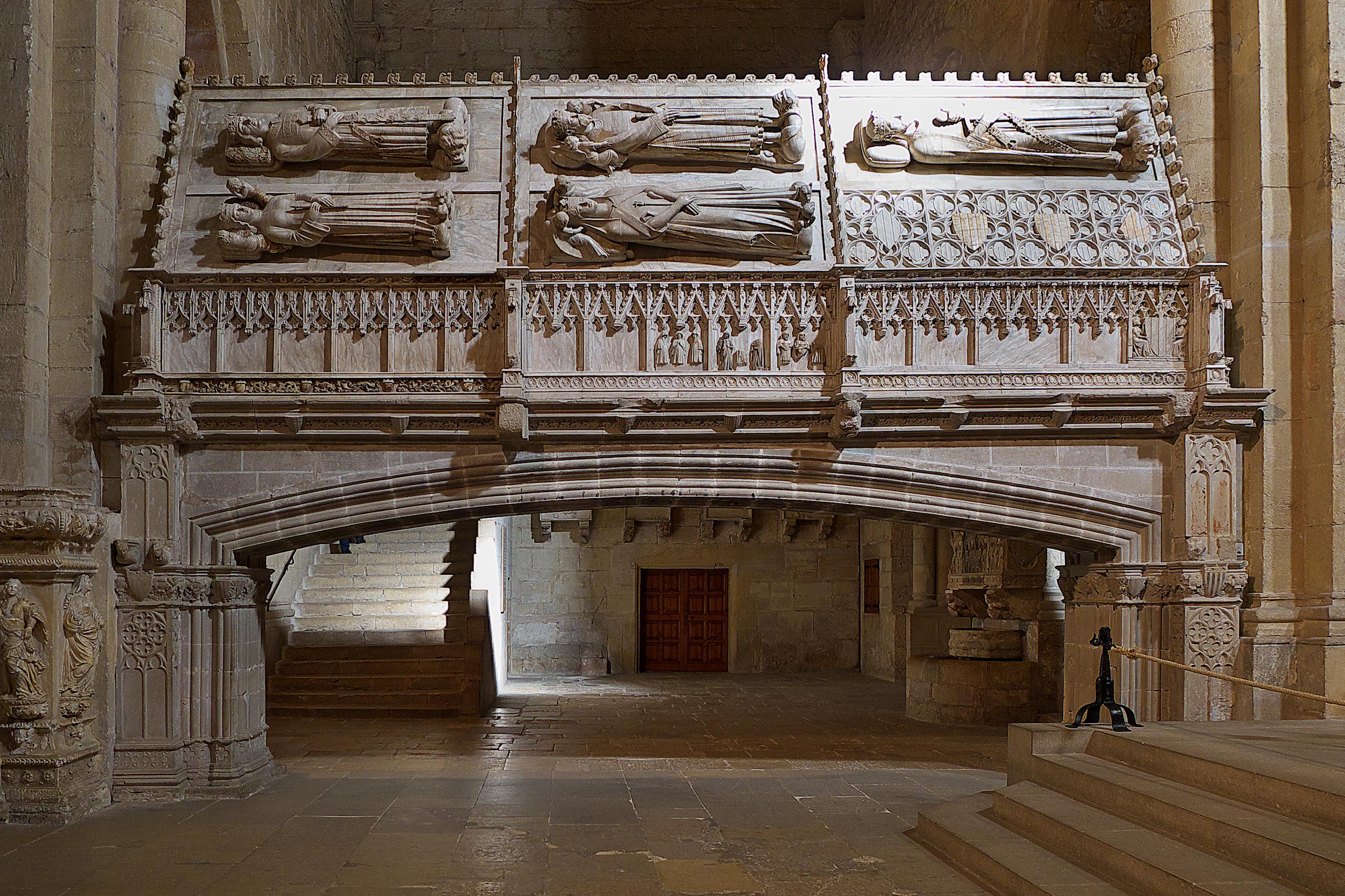 Resultado de imagen de sepulcros reales del monasterio de poblet