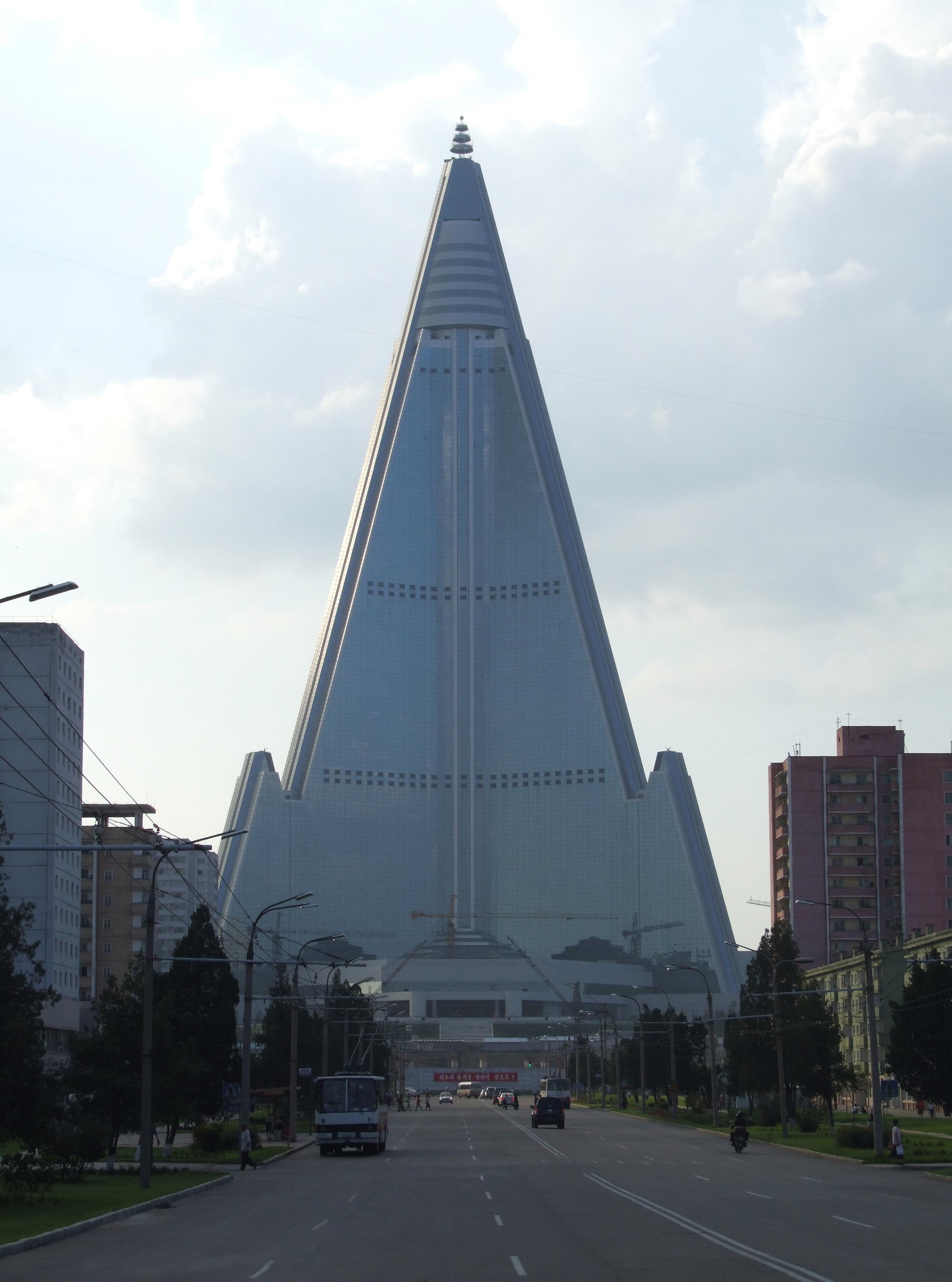 File Ryugyong Hotel Pyongyang 02 Jpg Wikimedia Commons