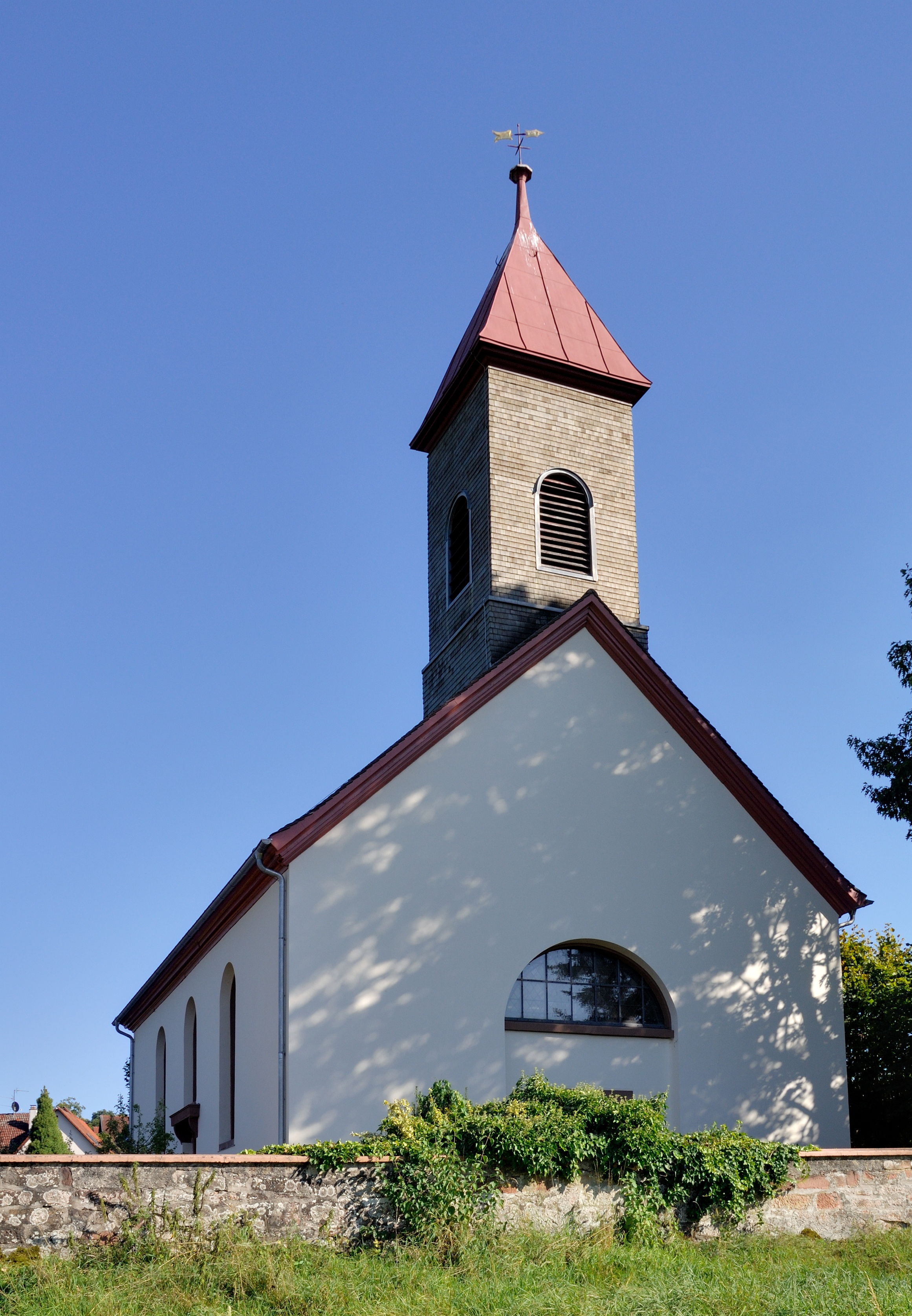 https://upload.wikimedia.org/wikipedia/commons/4/45/Schopfheim-Eichen_-_Evangelische_Kirche2.jpg