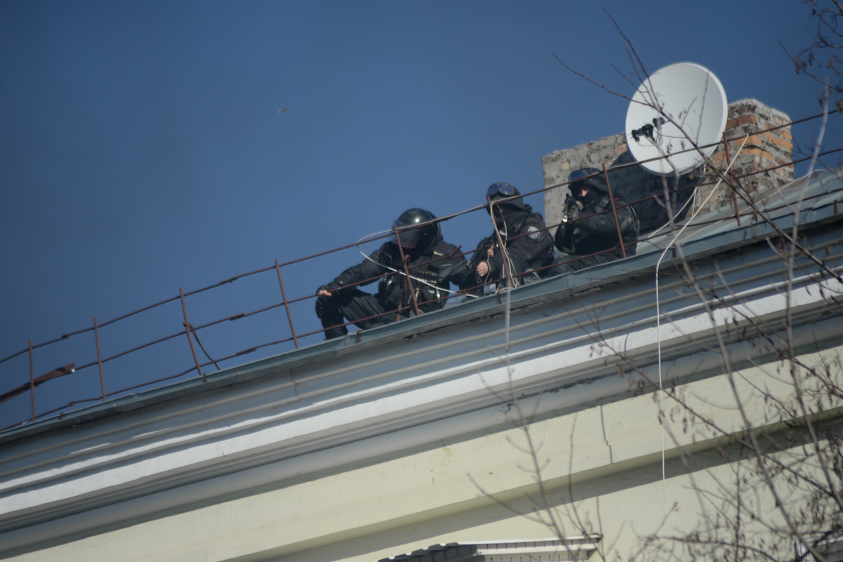 Snipers_seen_on_the_roof._Clashes_in_Ukr