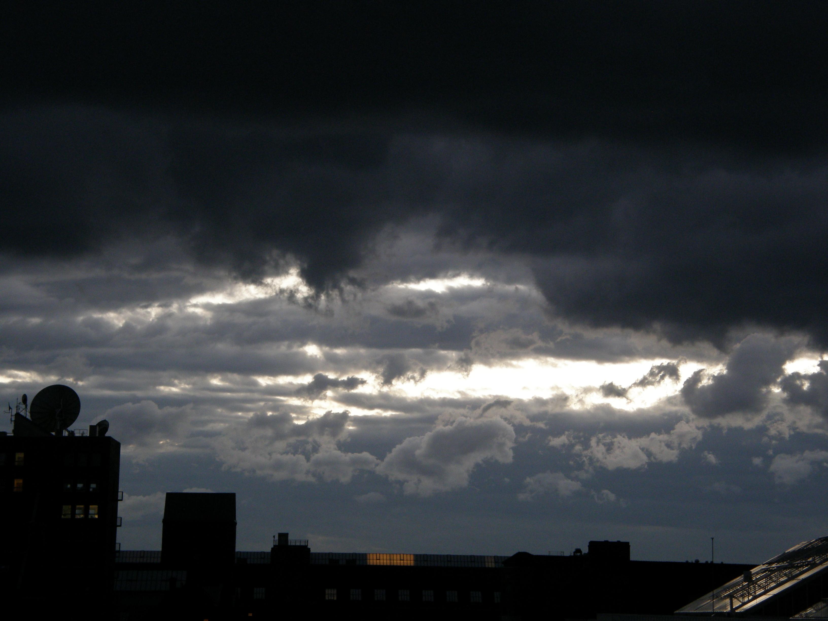 stormy weather Stormy weather y otras muchas canciones de frank sinatra traducidas al español las podrás encontrar en traduce letras además de la letra de la canción stormy.