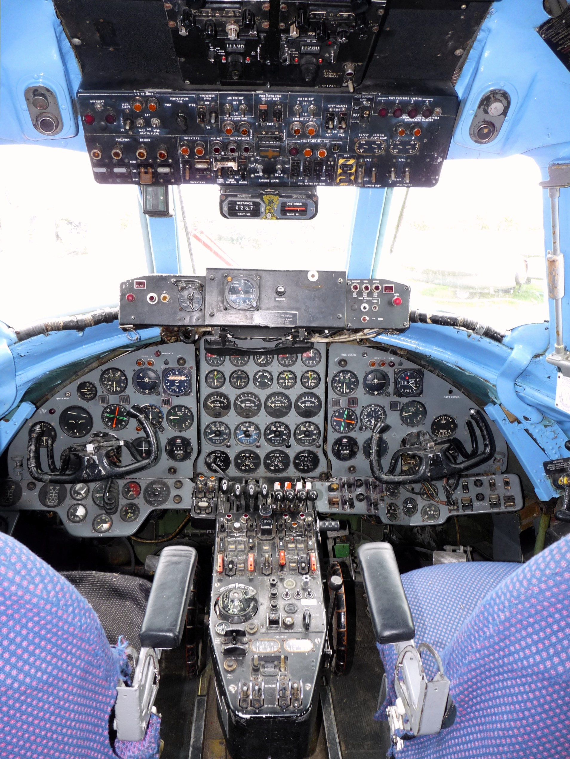 Bournemouth Aviation Museum >> File:Vickers Viscount 806 G-AOYN G-OPAS c-n 263 Cockpit.jpg - Wikimedia Commons