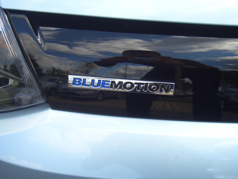 file volkswagen polo blue motion 2door 6r from 2009 grille badge 2011 08 07. Black Bedroom Furniture Sets. Home Design Ideas