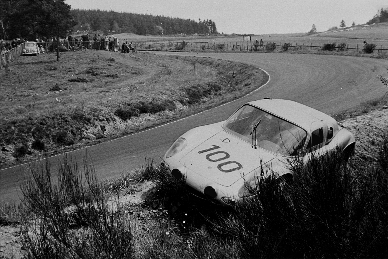 File:1963-05-19 Porsche nach Phil Hills Unfall.jpg - Wikimedia Commons