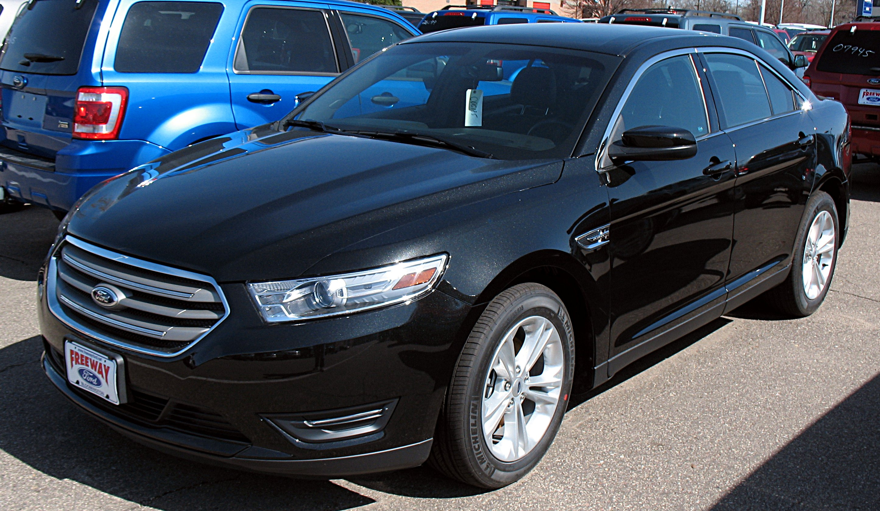 Description 2013 Ford Taurus SEL.jpg