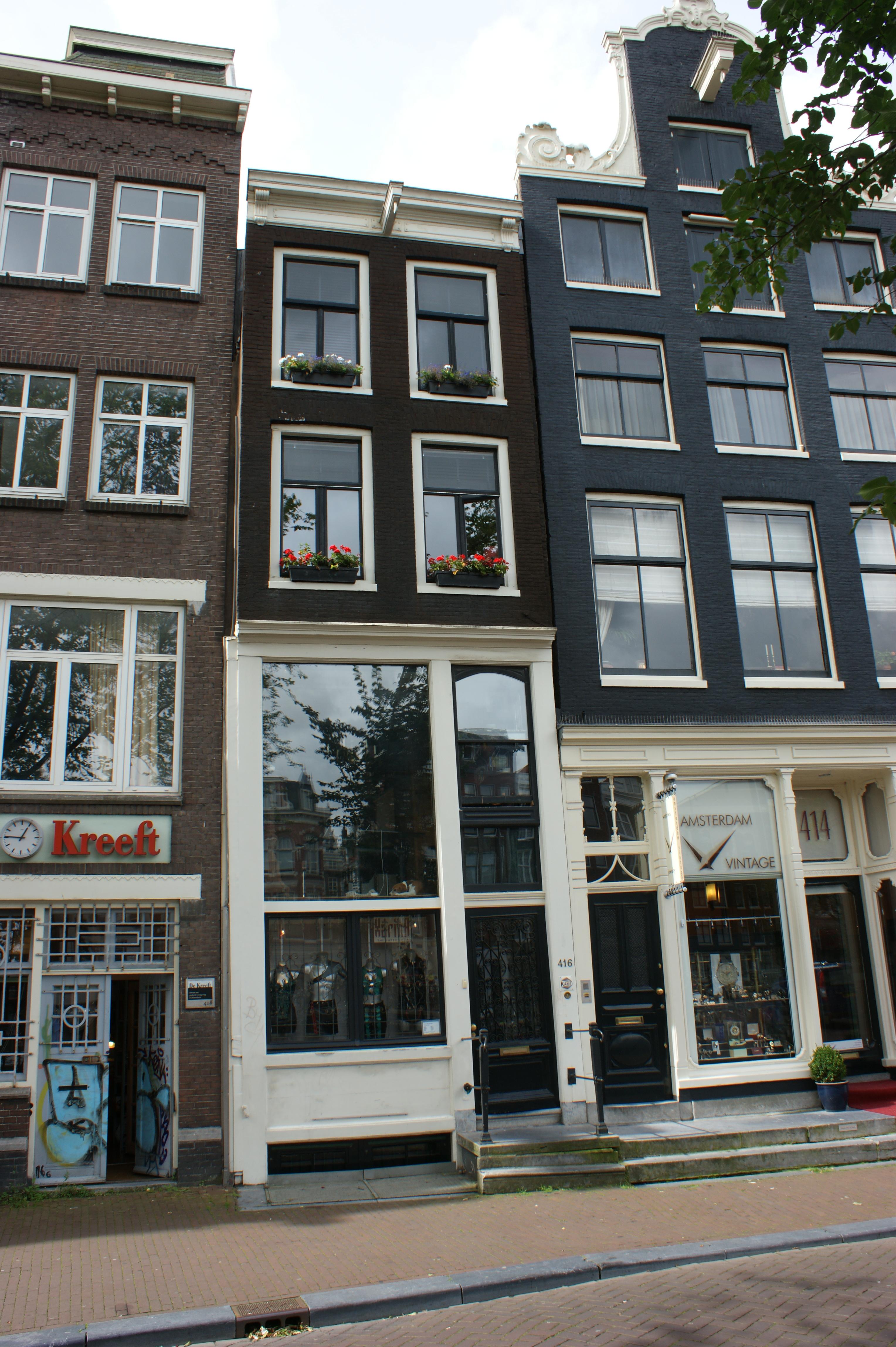 Huis waarboven de gevel is vernieuwd in amsterdam monument - Huis gevel ...