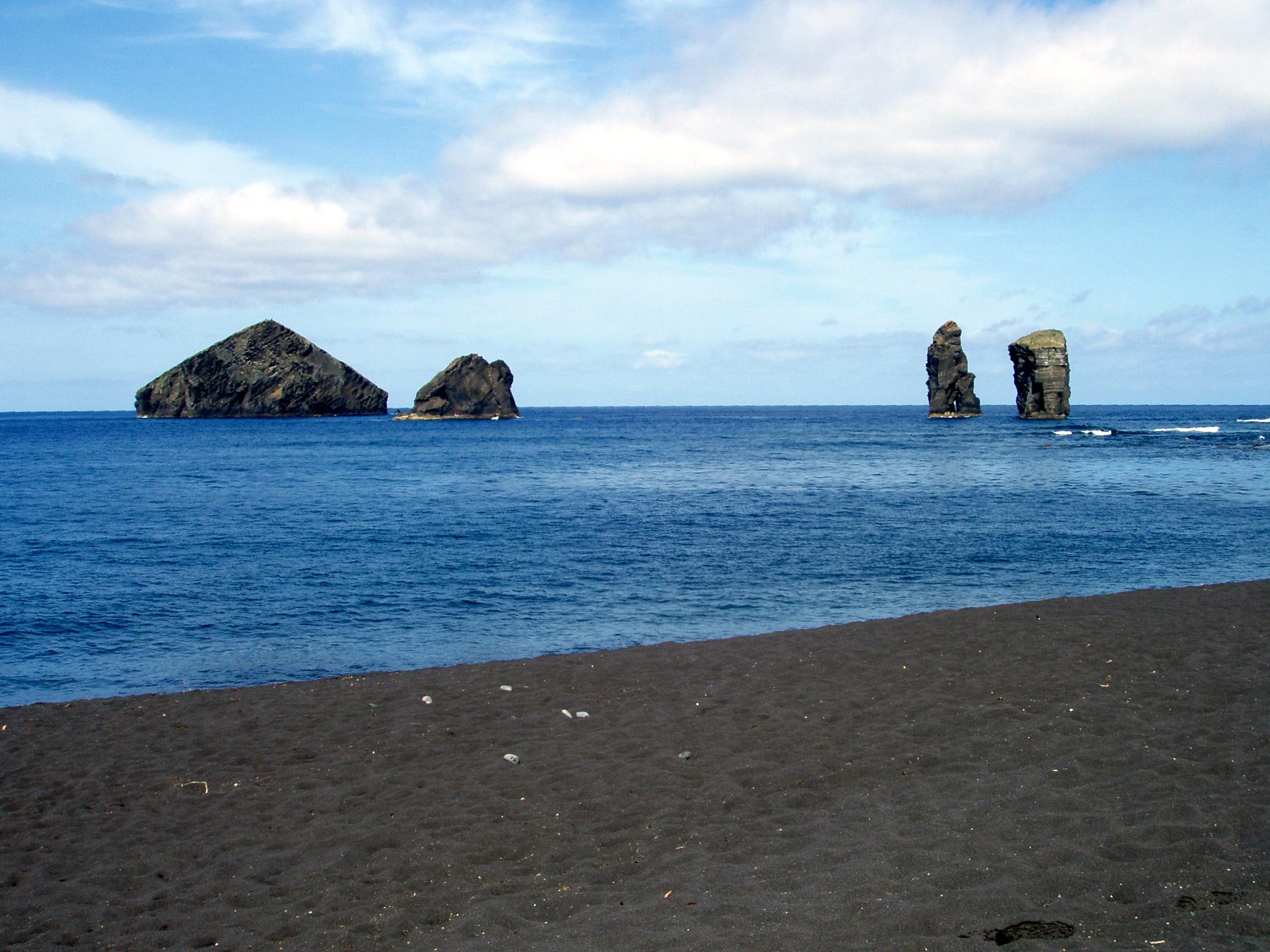 https://upload.wikimedia.org/wikipedia/commons/4/46/Azoren_Sao_Miguel_Ilheus_dos_Mosteiros.JPG